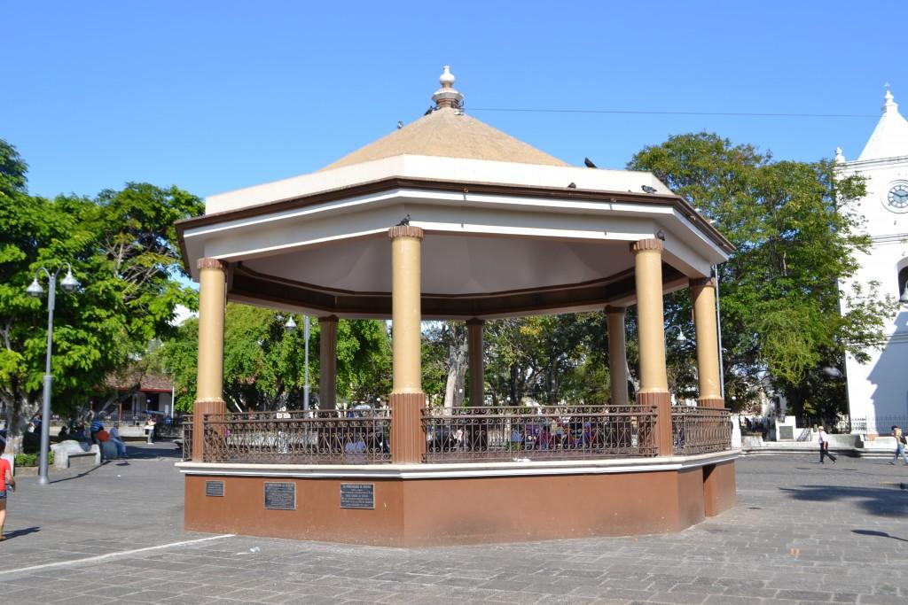 Foto kiosco parque central heredia costa rica for Imagenes de kioscos de madera